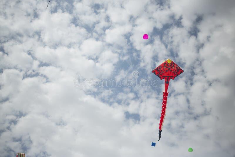 Stor röd drake i den blåa himlen arkivfoton