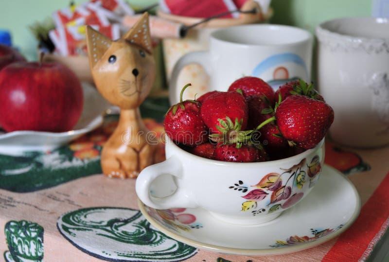 Stor röd jordgubbe på tabellen arkivfoton