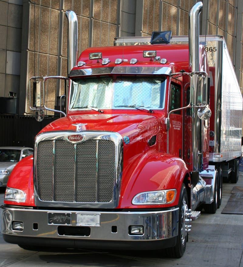 Stor röd lastbil i New York arkivbild