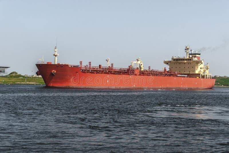 Stor röd olje- kemisk tankfartyg arkivbild