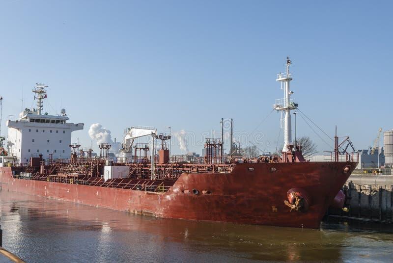 Stor röd olje- kemisk tankfartyg royaltyfri foto