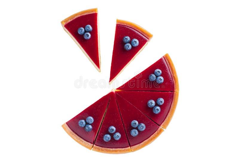 Stor röd ostkaka med blåbär på en vit arkivfoton