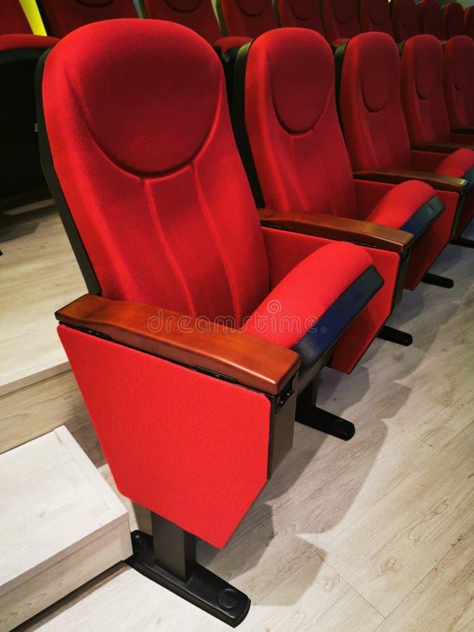 Stor röd stol för att titta på film på biografer eller teatrar royaltyfri bild