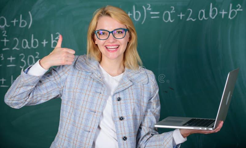 Stor resurs för lärare Online-skolgångbegrepp Smart klyftig dam för utbildare med modernt bärbar datorsökande arkivfoton