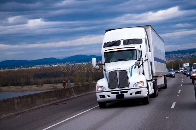Stor Rig American halv lastbil som att bry sig last på huvudvägen royaltyfri fotografi