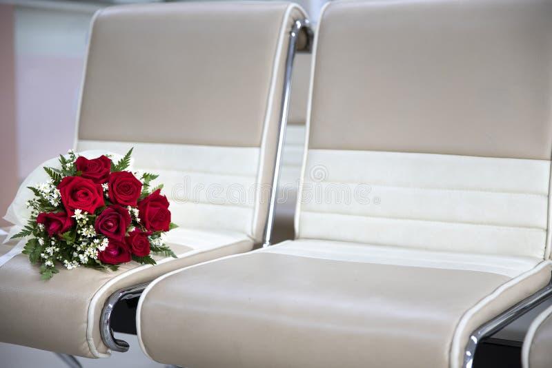 stor rosbukett på stolar royaltyfria foton