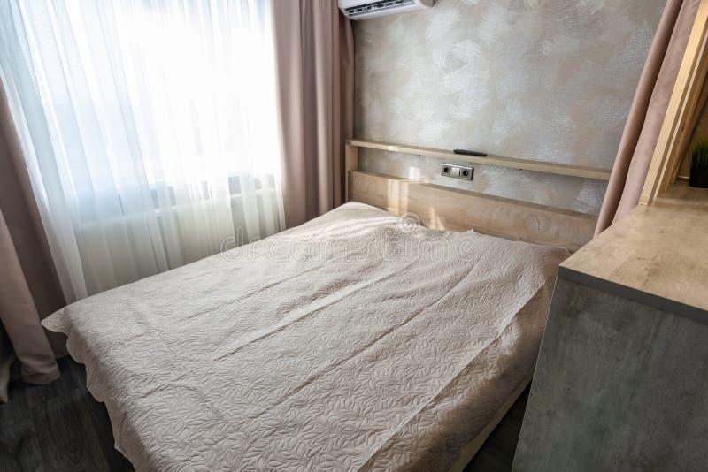 Stor säng i hotellrummet arkivbild