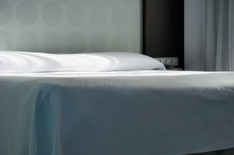 Stor säng i lägenhet royaltyfri foto