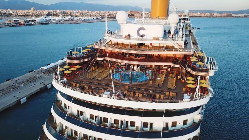 Stor segling f?r kryssningskepp ?ver havet n?ra hamnen materiel B?sta sikt av ett enormt kryssningskepp i havet f?r sommarterrito fotografering för bildbyråer