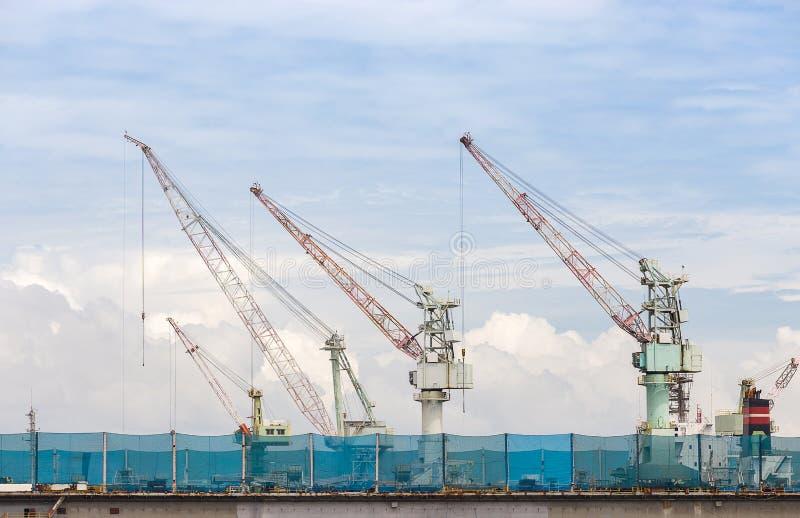 Stor shippingbuilding med mycket kran i golfen av Thailand arkivfoto