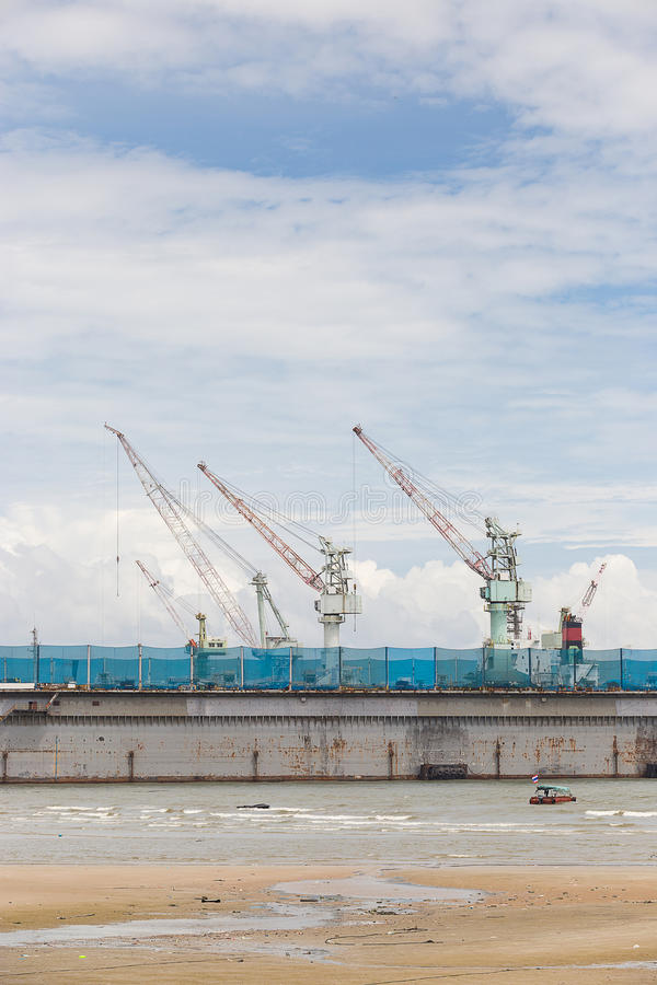 Stor shippingbuilding med mycket kran i golfen av Thailand arkivfoton