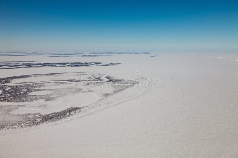 Stor Siberian flod Yenisei i vinter royaltyfri bild