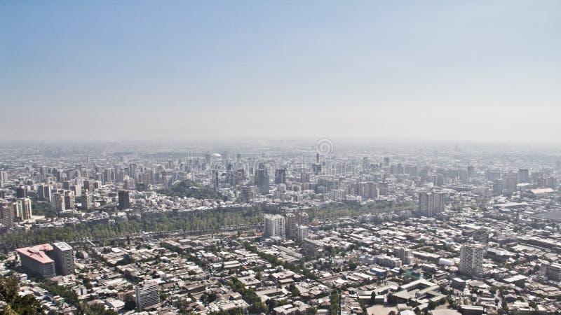 Stor sikt över staden Santiago de Chile Bergskedja i th royaltyfri bild