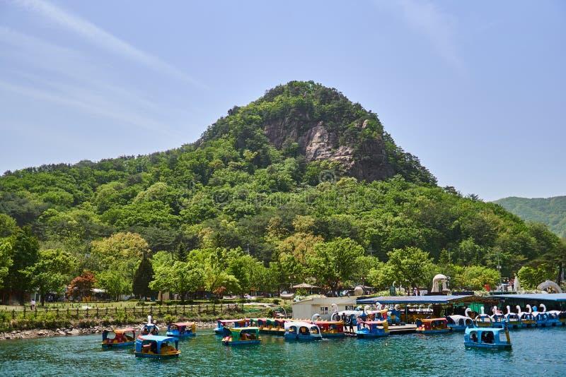 Stor sikt av berg och sjön av Sanjeong sjön som lokaliseras i Pocheon, Sydkorea i sommaren Förälskelsefartyg kan ses att sväva no royaltyfria bilder
