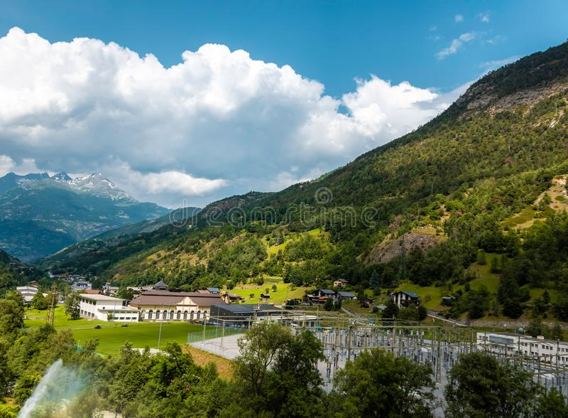 Stor sikt av den alpina kullen beautiful mountain scenery Pittoresk och ursnygg plats switzerland royaltyfri foto
