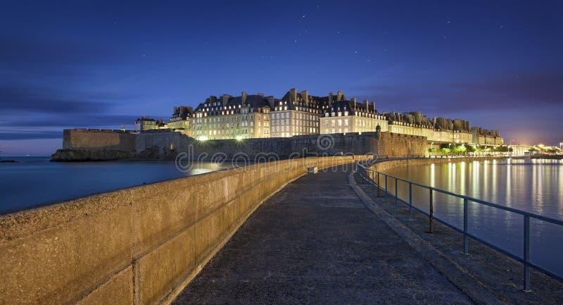 Stor sikt på natten av den fortificated staden Saint Malo i Britanny - Frankrike arkivfoto