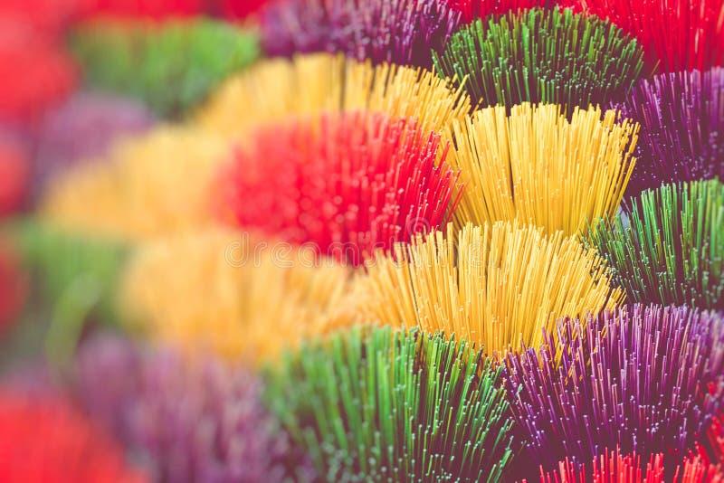 Stor skärm av färgrika rökelsepinnar på försäljning på en Vietnam VI royaltyfri fotografi