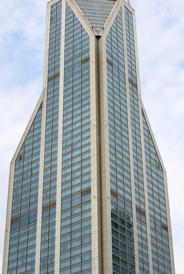 Stor skyskrapa i folks fyrkant fotografering för bildbyråer