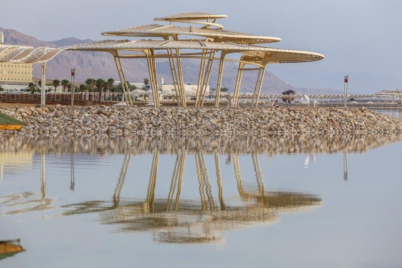 Stor slags solskydd med reflexion i vatten fotografering för bildbyråer