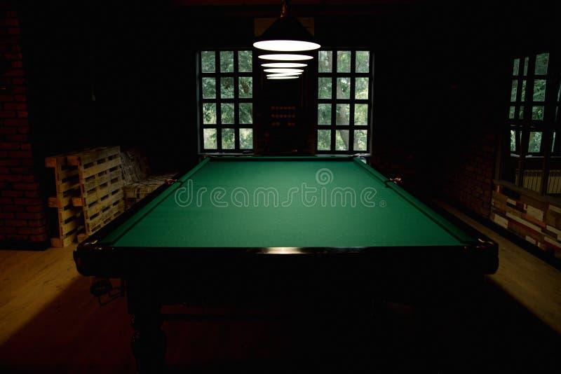 Stor sliten trätabell för ryssbiljard Snookertabellen är tom arkivfoton