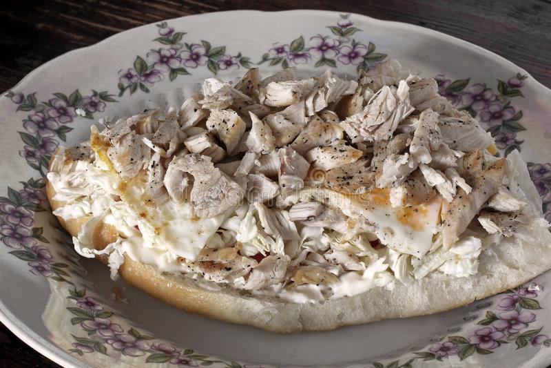 Stor smörgås med kött hurtig frukost arkivfoto
