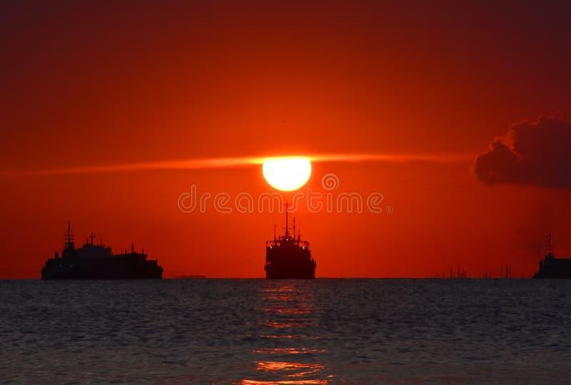 Stor solnedgång momen7 av solen Batamisland Riau Indonesien royaltyfri bild