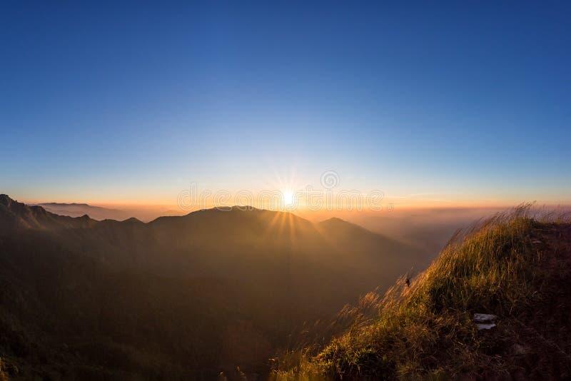 Stor soluppgång ovanför bergdalen och morgonmisten arkivbild