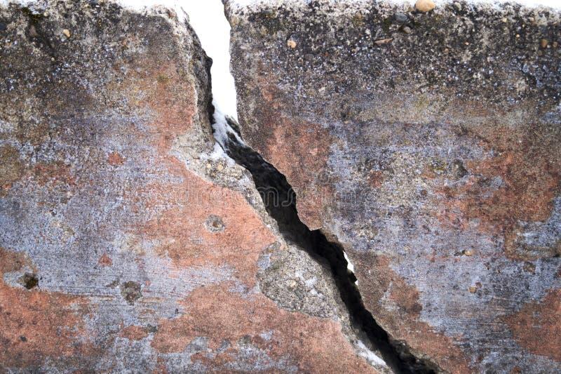 Stor spricka i den gamla väggen royaltyfri foto
