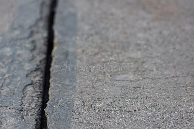 Stor spricka på asfaltkanfas fotografering för bildbyråer