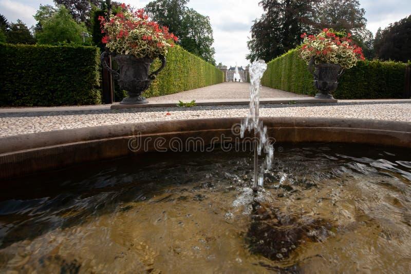 Stor spruta springbrunn med en omgiven barock trädgård och ov royaltyfri foto