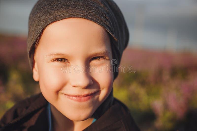 Stor stående av en pojke i ett fält royaltyfria bilder