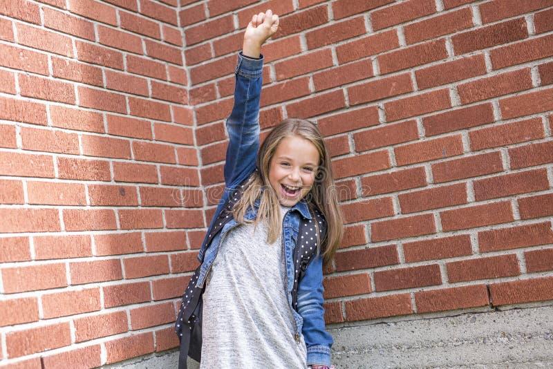 Stor stående av skolaeleven utanför bärande påsar för klassrum arkivbilder