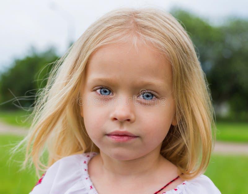 Stor Stående För Ukrainsk Flicka Arkivfoto