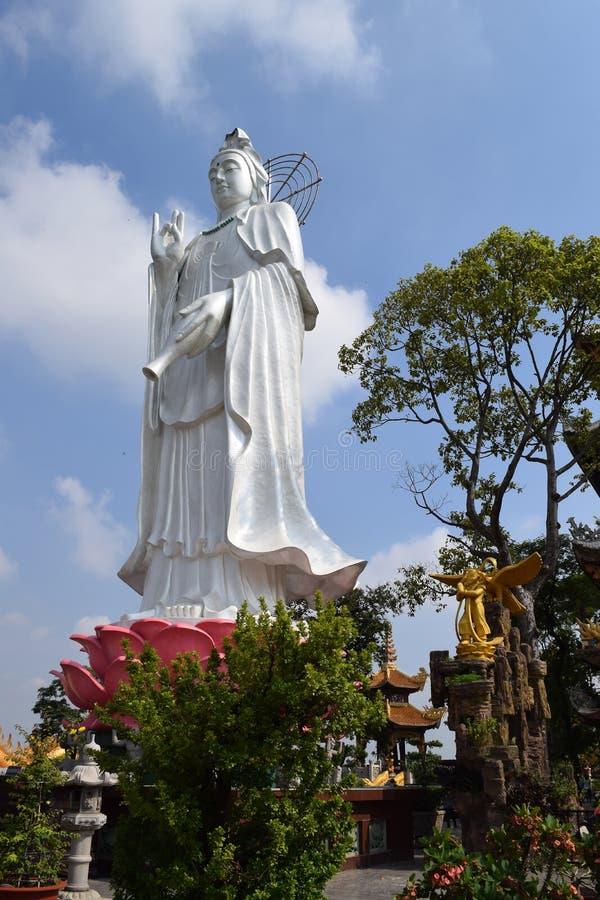 Stor staty av bodhisattvaen på den buddistChau Thoi templet, Binh Duo royaltyfri bild