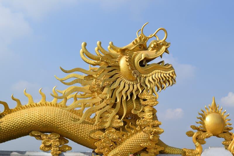 Stor staty av den guld- draken på den buddistChau Thoi templet, Binh D arkivfoton