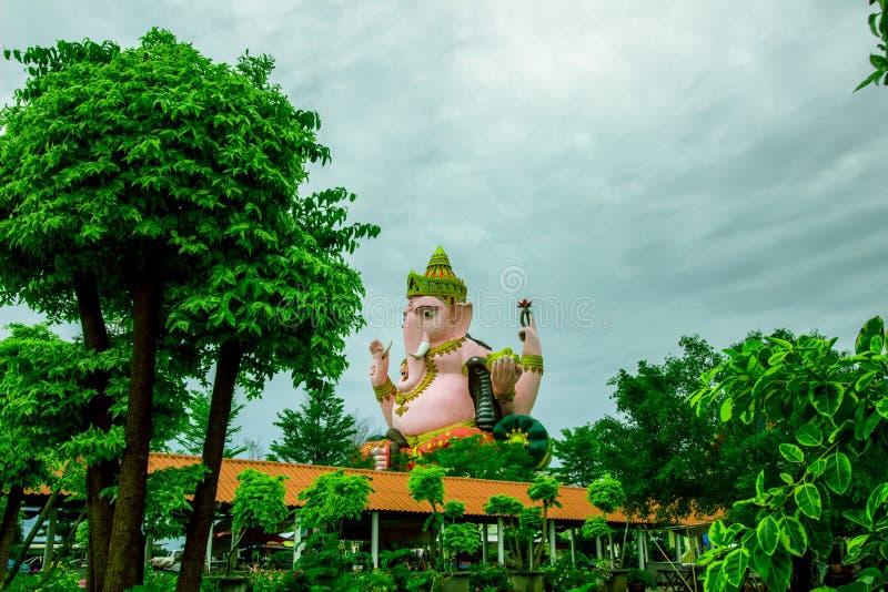 Stor staty av Lord Ganesha på den kloArkad templet i den Amphoe smällen Nam Priao, Chachoengsao landskap, Thailand royaltyfria foton