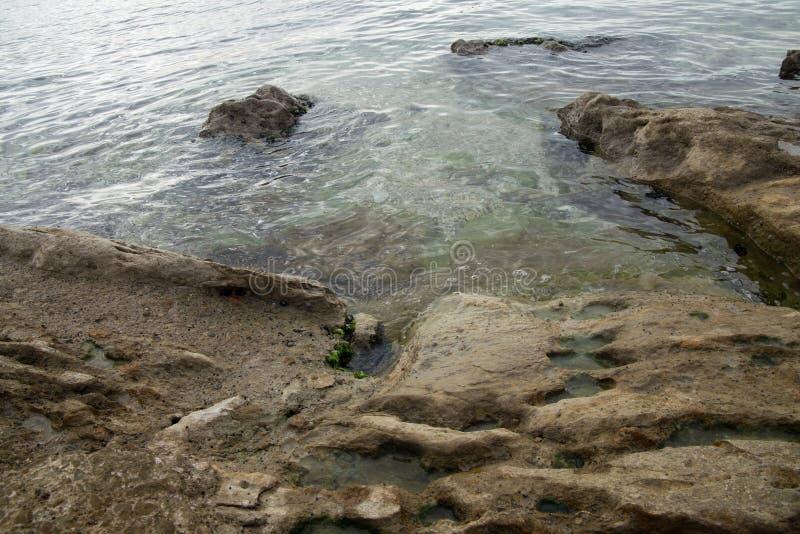 Stor sten i havet royaltyfria foton