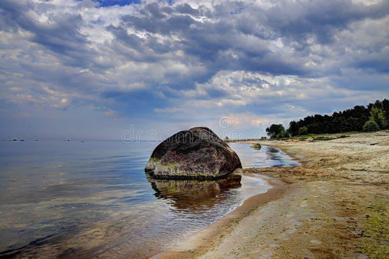 Stor sten på kust för baltiskt hav arkivfoto
