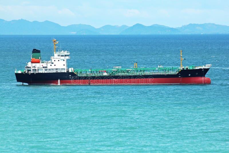 Stor tankfartyg som svävar i havet arkivbild