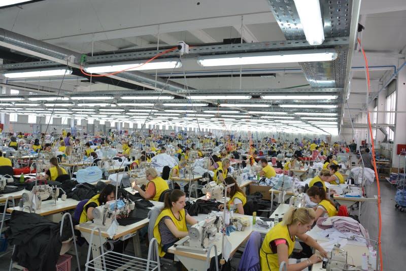 Stor textilfabrik med värdefulla arbetare royaltyfri bild