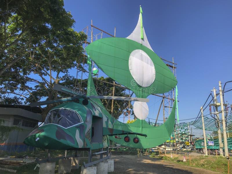 Stor traditionell drake och en åtlöje upp helikoptern som byggs av medlemmar för ett lokalpolitiskt parti arkivfoto