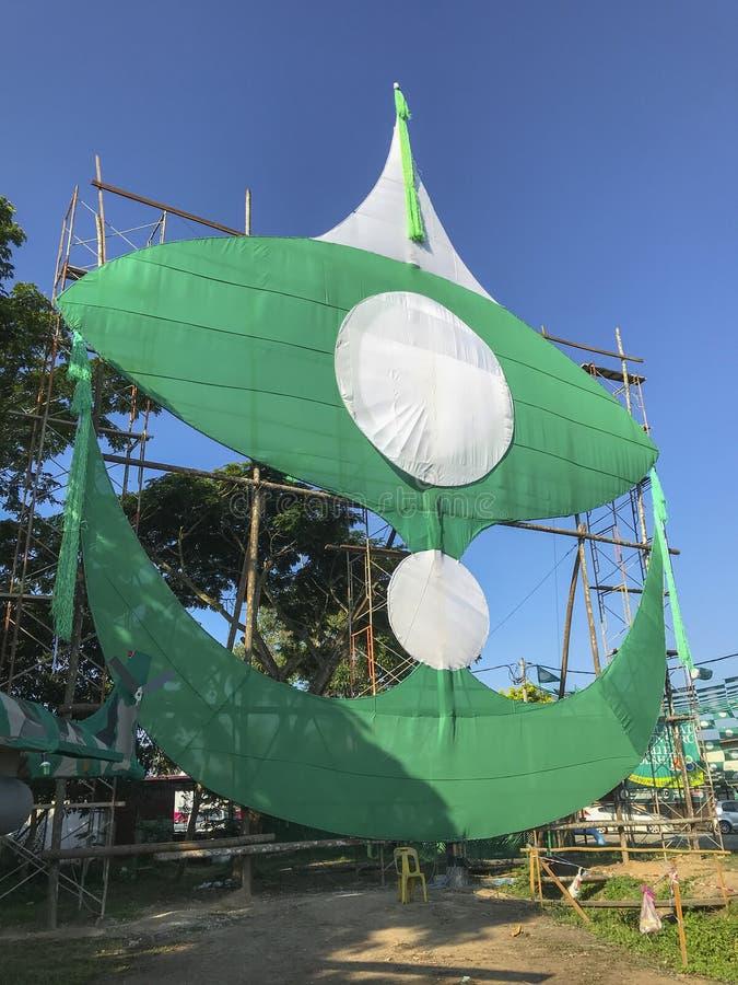 Stor traditionell drake som byggs av medlemmar för ett lokalpolitiskt parti Malaysia ska det 14th riksdagsvalet rymmas på Maj 9,  royaltyfri fotografi
