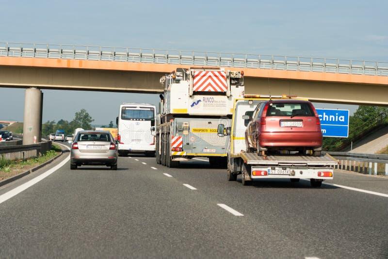Stor trafik på huvudvägen Två väggränder upptagna av medel arkivbild