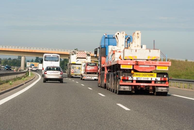 Stor trafik på huvudvägen Två väggränder upptagna av medel royaltyfria bilder
