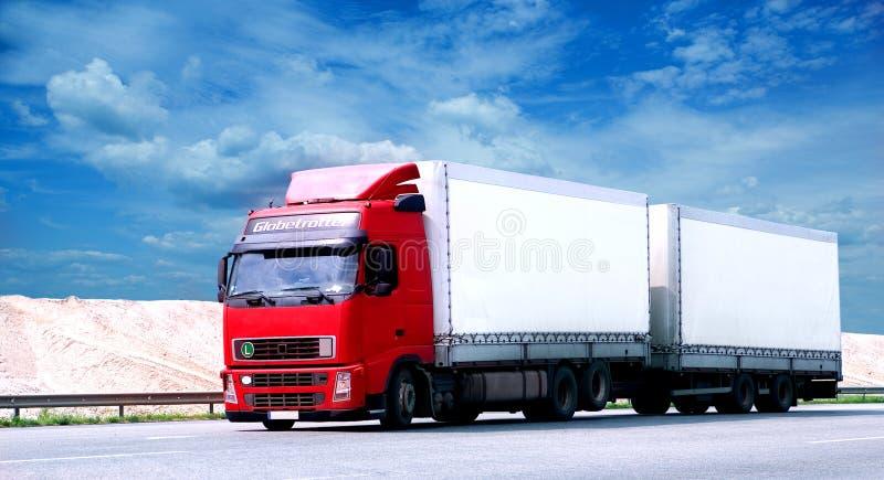 stor traktorsläplastbil arkivfoton