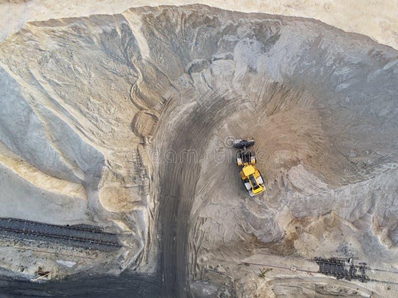 Stor tung hjulladdare som laddar sand in i dumper i sandgrop Tungt begrepp för industriellt maskineri arkivbilder