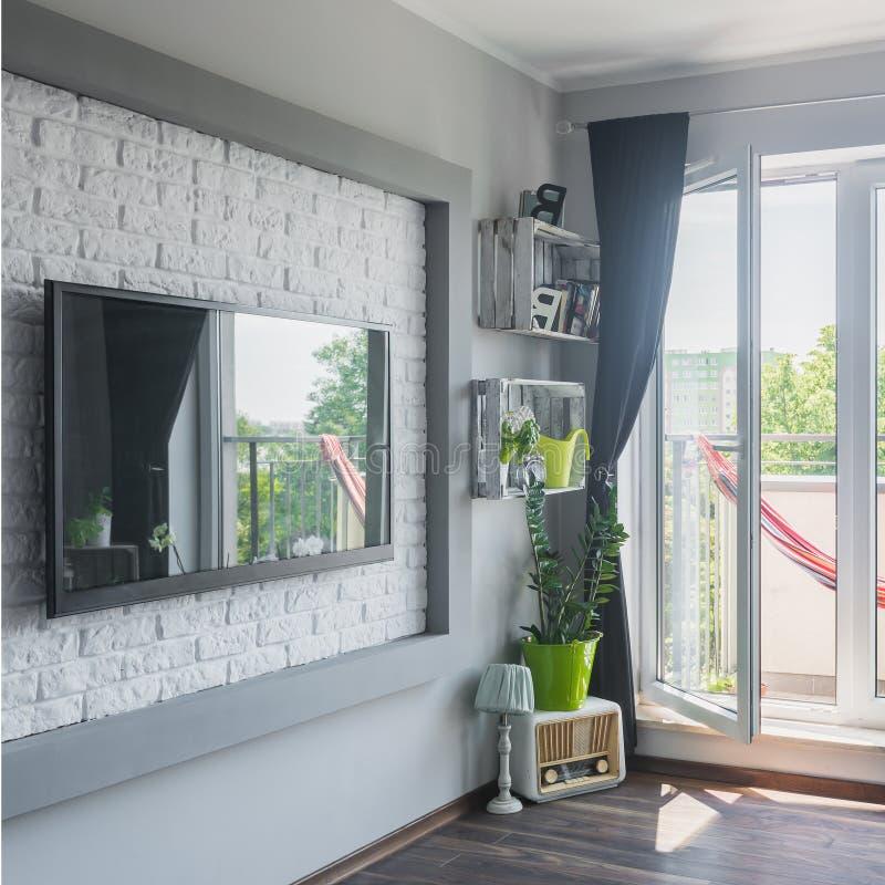 Stor tv i modern lägenhet arkivbild