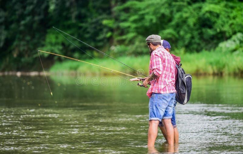 Stor väg att spendera tid som är utvändig med familjen och vänner nationalpark thailand f?r angthongfiskem?n Fiskarefamilj på flo royaltyfri bild