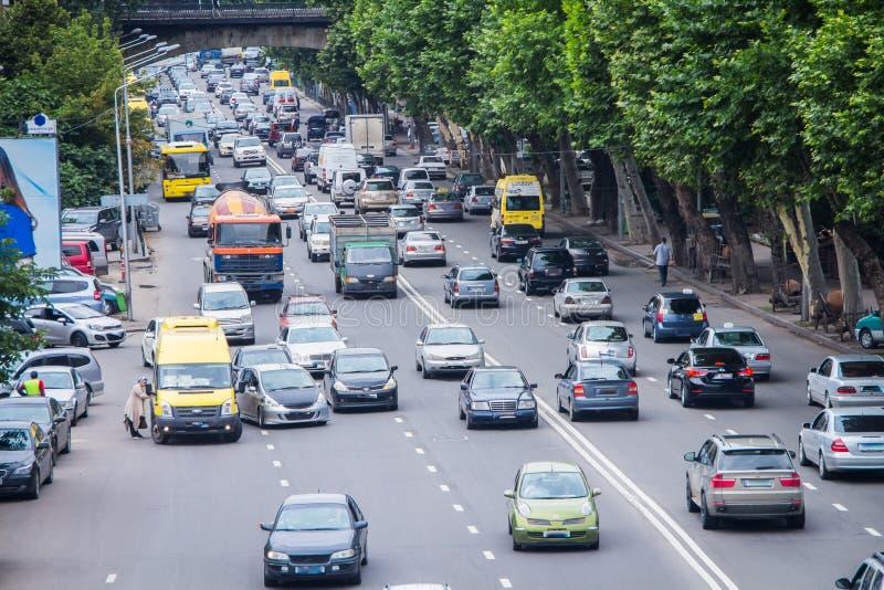 Stor väg med massor av bilar fotografering för bildbyråer