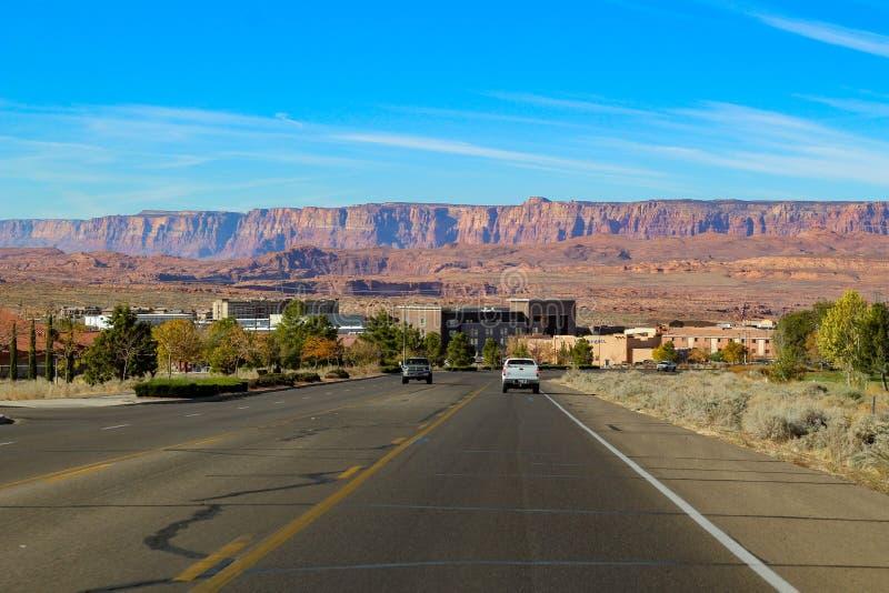 Stor väg som leder till sjön Powell ( Glenn Canyon ) Fördämning nära sidan i Arizona, USA arkivbild